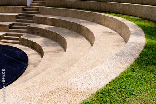 Fotografia the steps of the outdoor grass seating in park view