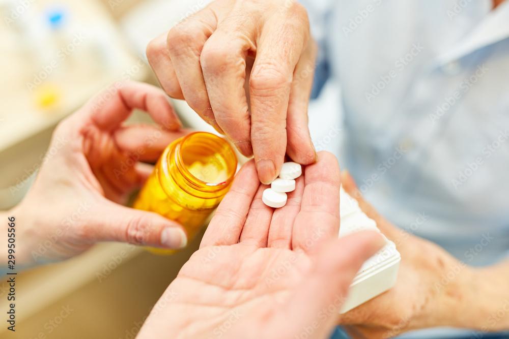 Fototapety, obrazy: Pflegedienst verteilt Tabletten an Patient