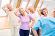 Leinwanddruck Bild - Gruppe Senioren beim gesunden Dehnen