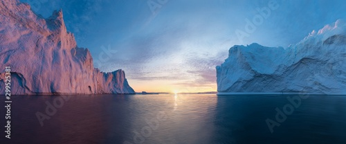 Cuadros en Lienzo Early morning summer alpenglow lighting up icebergs during midnight season