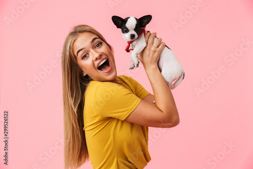 Poster Ecole de Danse Cute lovely girl playing with her pet chihuahua