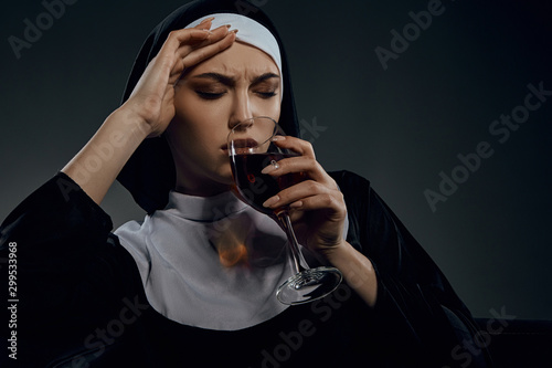 Photo Portrait shot of a nun, sitting on a chair