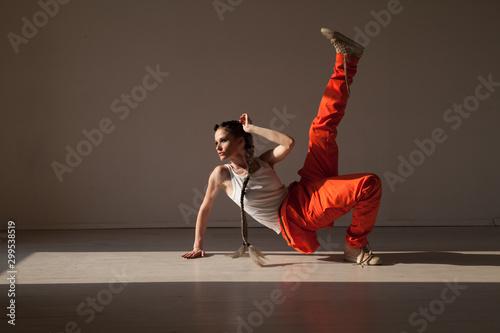 Fond de hotte en verre imprimé Magasin de musique Beautiful woman braids dancing alone to music