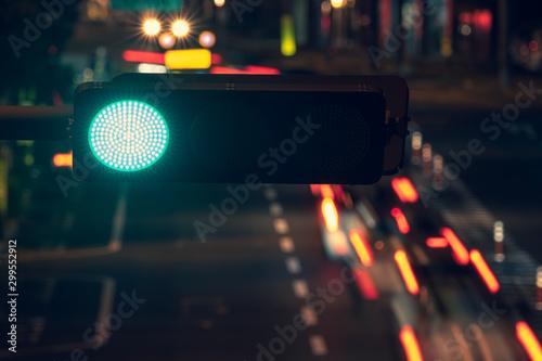 Obraz 夜の信号機と車道の様子, A Traffic Light at Night - fototapety do salonu