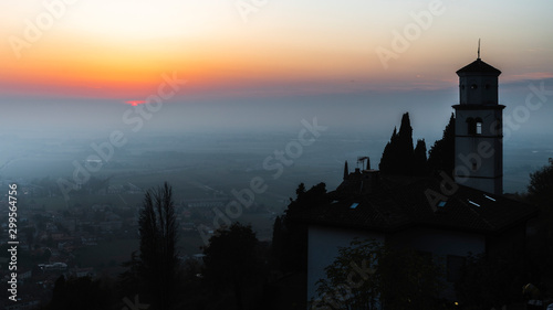 Foto auf AluDibond Grau Sunset from the Cormons hill. Among fog, vineyards and fiery colors. Italy