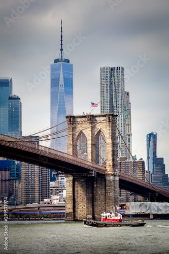 Fototapeta The East River, the Brooklyn Bridge and the One World Trade Center obraz