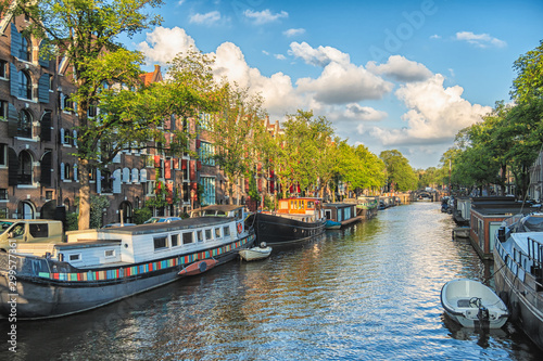 Photo  Beautiful views of the streets, ancient buildings, people, embankments of Amsterdam