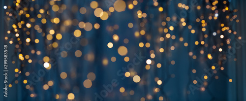 Poster Countryside holiday illumination and decoration concept - christmas garland bokeh lights over dark blue background