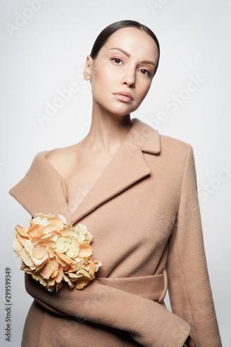 La pose en embrasure womenART Fashion beautiful lady in beige coat