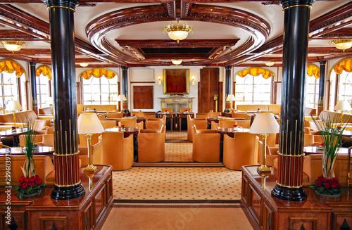 Obraz na plátně  Elegante und luxuriöse Lounge Bar Aufenthaltsraum im Jugendstil auf Luxus Kreuzf