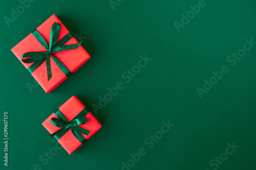 Photo  Red gift boxes on green background