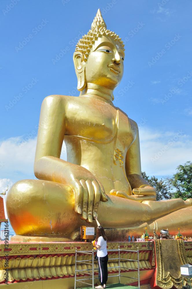 Fototapety, obrazy: Giant gold buddha statue at the Wat Pra Yai temple (Big Buddha Hill) - Pattaya, Thailand.