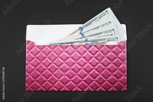 Fotomural  Gift envelope with money on black background