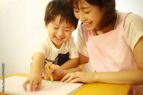 お絵描きする男の子と保育士イメージ Tablou Canvas