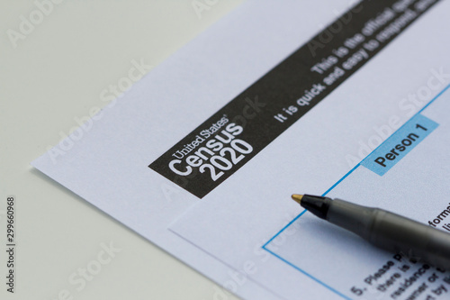 United States Census 2020 form informational copy and a ballpoint pen on a white Fototapet