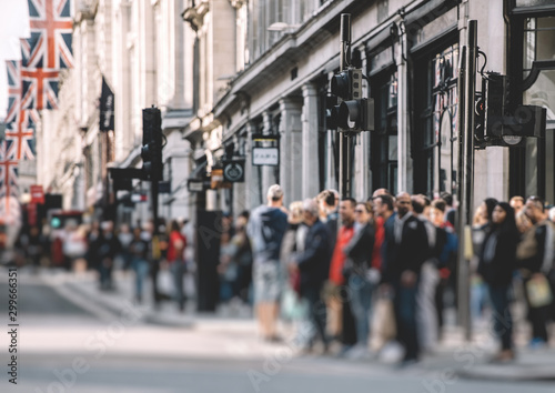 Fotomural Pedestrians waiting to cross the Regent Street in London on a warm spring day