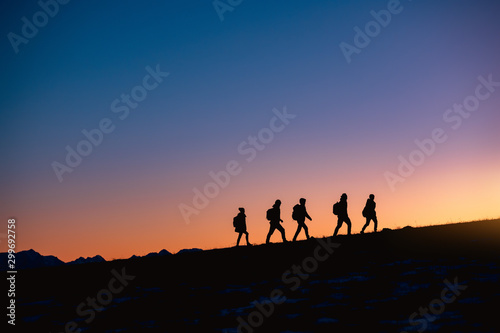 Fotografia Group of hikers at sunset mountain