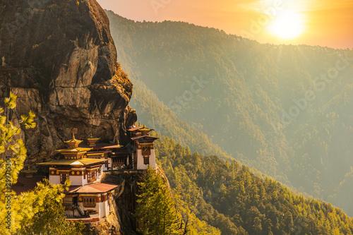 Montage in der Fensternische Honig Sunset at Tiger's nest Temple or Taktsang Palphug Monastery (Bhutan)