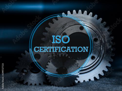 Fotografía  ISO Certification Logo in blau mit Industrie Hintergrund