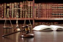 裁判のハンマー、天秤、六法全書イメージ