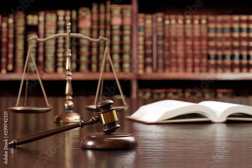 Leinwand Poster 裁判のハンマー、天秤、六法全書イメージ