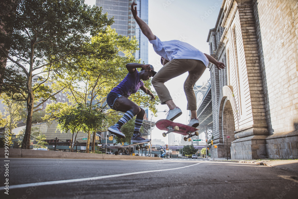 Fototapety, obrazy: Couple of skateboarders in New york
