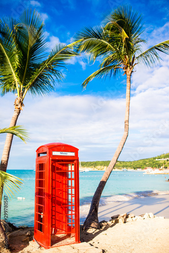 Photo Beautiful landscape with a classic phone booth on the white sandy beach in Antig