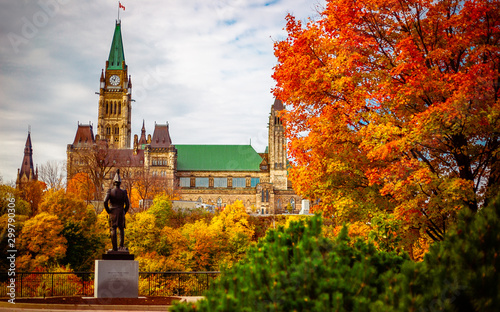 Fotomural  Public statue facing Parliament Hill in the Fall in Ottawa, Ontario