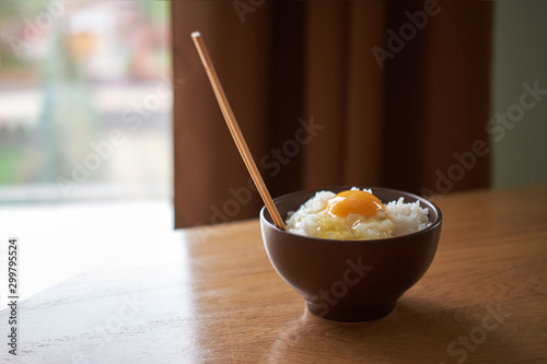 Photo  Japanese traditional rice tamago kake gohan with raw egg in bowl on wooden table