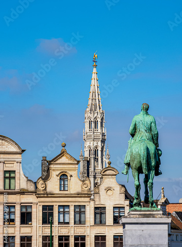 Foto op Canvas Historisch mon. Statue of King Albert I and Town Hall Spire, Mont des Arts, Brussels, Belgium
