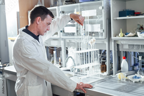 Fotografía  male scientist conducts chemical experiments with fluids in medical laboratory