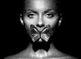 Moda modela kobieta w jaskrawym błyska i zaświeca pozować w studiu. Portret piękna seksowna kobieta z motylem. Brokat świecący Art Design. Fotografia czarno-biała - 299880132