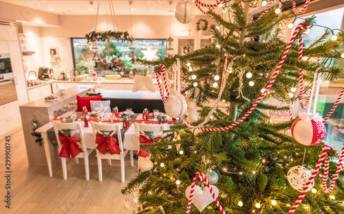świeta Bożego Narodzenia i wigilia w nowoczesnym domu z piękną choinką Slika na platnu