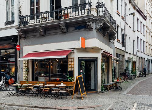 Staande foto Antwerpen Old street with tables of cafe in historic city center of Antwerpen (Antwerp), Belgium. Cozy cityscape of Antwerp. Architecture and landmark of Antwerpen