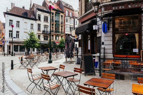 Valokuvatapetti Old street with tables of brasserie in center of Brussels, Belgium
