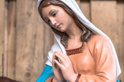 Foto The Blessed Virgin Mary in Christmas Nativity scene