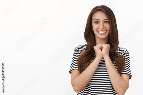 Photo Waist-up shot enthusiastic cute female new coworker looking ambitious and happy,