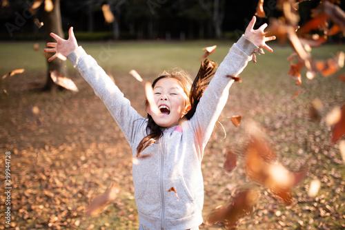 落ち葉を投げる女の子 Canvas Print