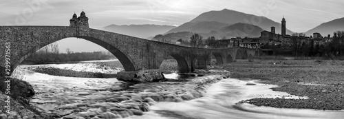 Fotografia Ponte gobbo sul fiume Trebbia in bianco e nero