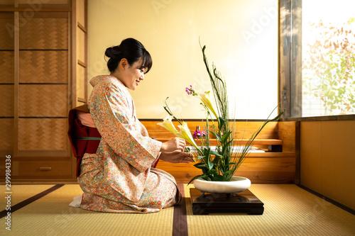 Fotografia 花を活ける女性