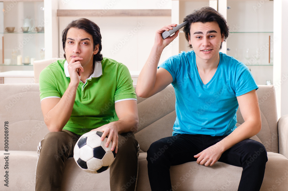 Fototapety, obrazy: Friends watching football at home