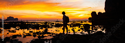 Photo woman silhouette watching amazing sunset on the beach in Krabi  Thailand