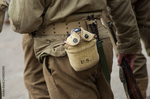 Fotografía Closeup of american soldier in uniform with water gourd during the world war two