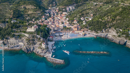 Poster Kaki Aerial drone shot view of Monterosso beach filled with parasol in summer time