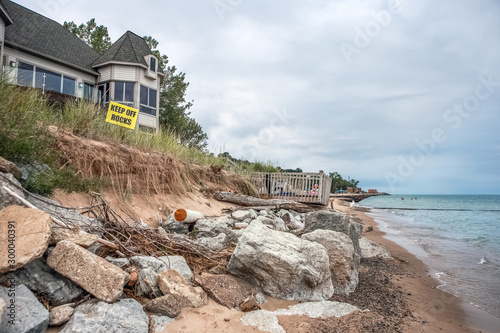 Fotomural Beach houses on Lake Michigan, lake erosion dangerously close to houses, half th