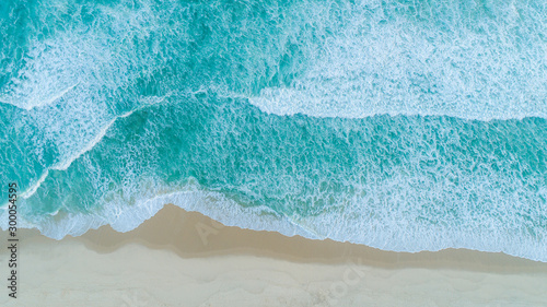 Fotomural Aerial shot of waves breaking on the shore