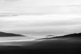 Widok na dolinę Umbrii ze wzgórzami i mgłą - 300073568