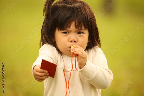 Photo レッドカードを出す女の子