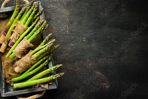 Photo Fresh asparagus in a wooden box