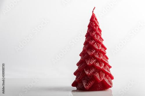 Photo  Candela decorativa rossa con pigne per decorazioni Natalizie